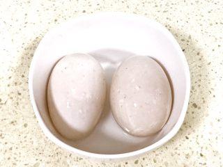 自制流油沙黄咸鸭蛋,将控干水分的鸭蛋,一个一个在白酒里面津一下