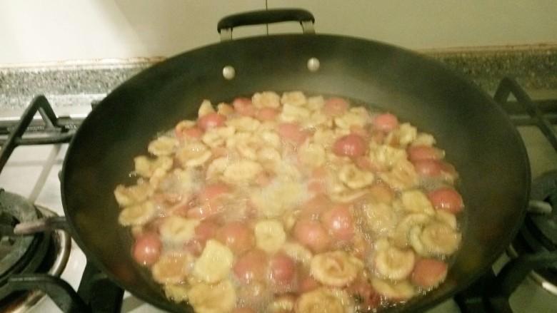山楂糕,倒入500克水煮半小时后捞出。