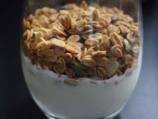 奇亚籽双色酸奶木糠杯,然后在酸奶上铺上30g麦片