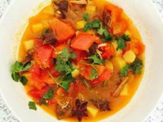早餐+牛肉炖柿子,撒点香菜,牛肉炖柿子完成了。