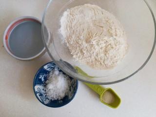 海螺花卷,准备好材料:中筋面粉200克,水100克,绵白糖10克,酵母粉2克。