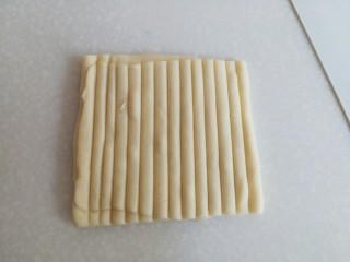 海螺花卷,用硬质的挂板在面皮上压成如图的线条。