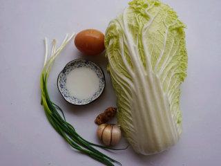 蛋香焖鸡蛋,提前将原材料准备好 叨叨叨:白菜选择大圆白菜,娃娃菜的口感比较脆爽不太适合