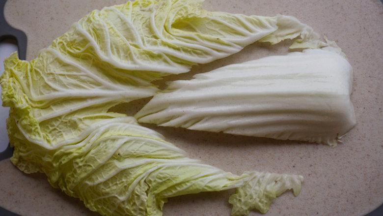 蛋香焖鸡蛋,用刀将白菜帮子去掉,只留叶 叨叨叨:白菜帮用来炒肉丝不错,千万不要扔掉了