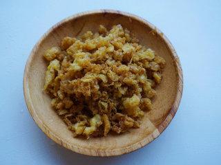 蛋香焖鸡蛋,将沥干油的鸡蛋切碎 叨叨叨:炸好的鸡蛋碎可以增加白菜的香味