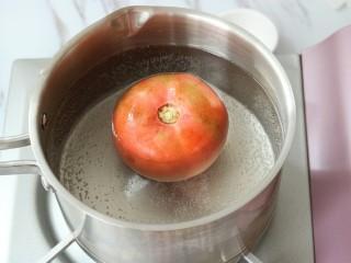 西红柿鸡蛋汤面,将其放入热水锅中烫煮3分钟左右
