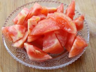 西红柿鸡蛋汤面,再将其切成小块儿~