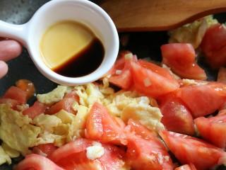 西红柿鸡蛋汤面,加入酱油一同翻炒