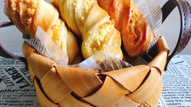 金黄诱人的椰蓉扭扭条面包