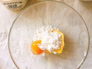 金黄诱人的椰蓉扭扭条面包,黄油室温软化, 加入糖粉和蛋黄用刮刀切拌均匀。