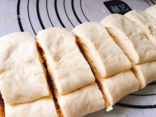 金黄诱人的椰蓉扭扭条面包,分割成大小均匀的条状。
