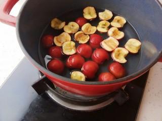 健脾养胃助消化的山楂汁,放上燃气灶,中火煮