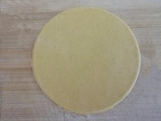 四喜蒸饺,取一份擀成面皮,用模具按压圆形面皮