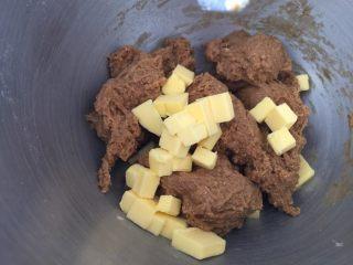 香浓咖啡大列巴,把面团撕成小块,加入黄油,2档,5分钟