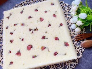 樱花蛋糕,撕去油纸,就露出了洁白的底面,冷却了爱切块切块,爱卷就卷,甚至手撕着吃,哈哈,都是极好的
