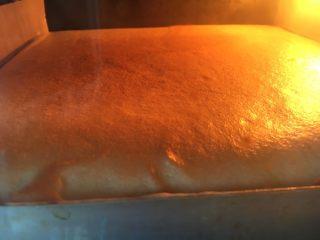 樱花蛋糕,闻到香味后,看上色情况增减温度