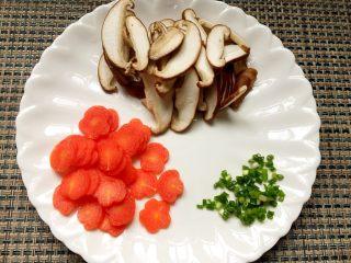 清炒山药,胡萝卜、香菇切片,小葱切小段。