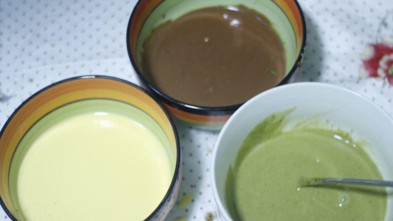 零基础纸杯翻糖蛋糕,把蛋黄糊到一半出来加10g抹茶粉,调出不同味道,好的抹茶粉都是很细腻的,搅拌不细致容易有颗粒,所以一定要搅拌均匀再过筛,我加了抹茶粉后感觉面糊流动性没那么好了又加了一勺水才好些,而且过了两遍筛。到这里三种口味的面糊已经全部调制完毕!可以打蛋白了。
