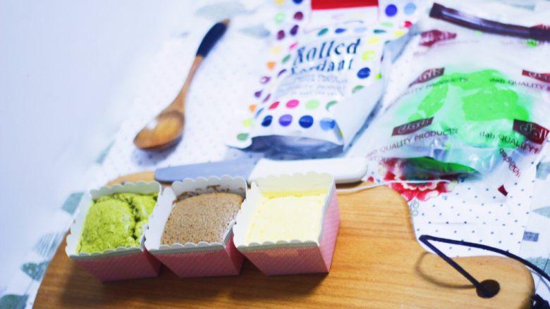 零基础纸杯翻糖蛋糕,准备好所有玩儿翻糖需要的材料工具,糖皮如果和空气接触久了也会不好用,所以需要用到的东西一定要提前在手边备好,不要在找东西上浪费时间。这里面有防糖皮粘手的植物油,水果刀,干净的铁丝,大小不等的装饰珍珠糖。