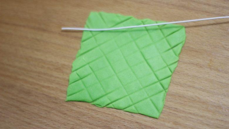 零基础纸杯翻糖蛋糕,用干净的铁丝斜着压出棱形格子。