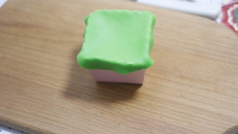 零基础纸杯翻糖蛋糕,盖在纸杯上轻轻按一下四边留个印记。