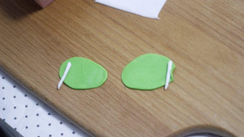 零基础纸杯翻糖蛋糕,绿色花瓣擀薄,一边包裹住花蕊卷起来。