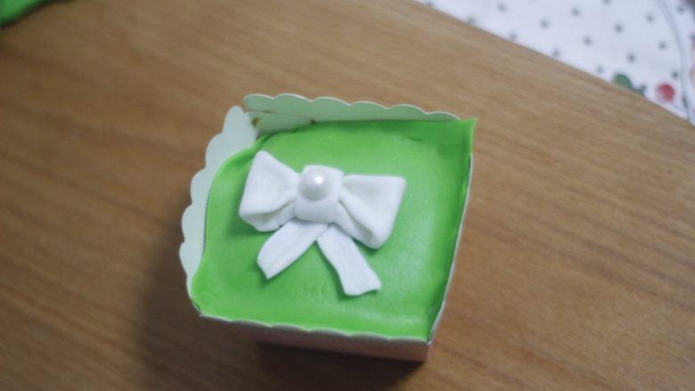 零基础纸杯翻糖蛋糕,和之前的步骤一样,修整边缘,因为是三种口味的,我就只做了这三款平面造型,对立体感要求不严就没有用干佩斯,也没有用什么翻糖模具,毕竟不常做买模具不划算。翻糖考验的就是细心。
