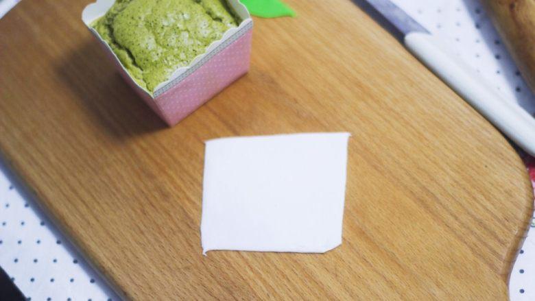 零基础纸杯翻糖蛋糕,取一块白色糖皮和之前做法一样,裁剪到纸杯大小。