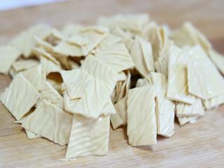 滑嫩营养鸡片汤,油豆皮切成小方块,并沾干上面的水份备用~