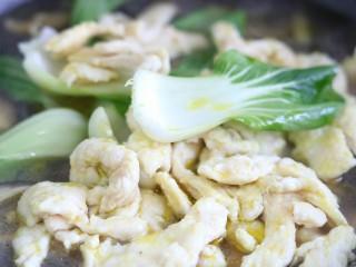 滑嫩营养鸡片汤,下入鸡肉和油菜再次煮沸~
