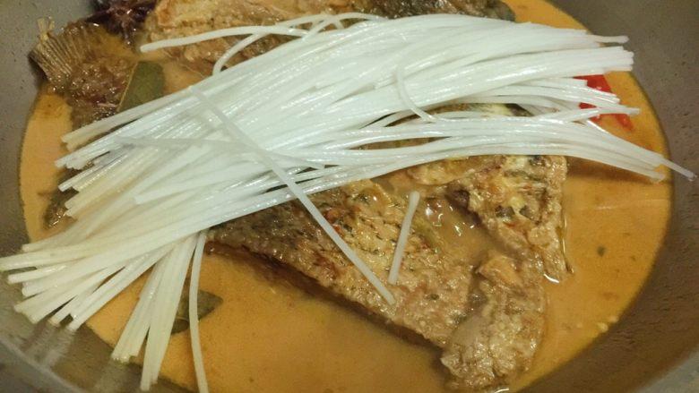 鲤鱼炖粉条,炖半小时后放入粉条继续炖10分钟。