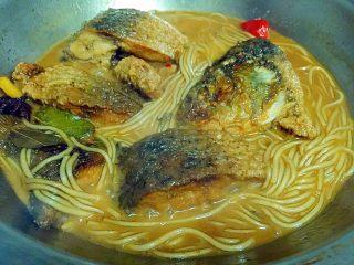 鲤鱼炖粉条,收浓汤汁即可(我喜欢留些汤泡饭,如果不泡饭就要再少些汤)。