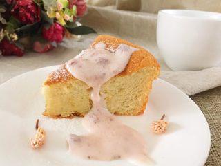 酸奶草莓蛋糕,烤箱预热,160度,35分钟左右。(看做的厚薄程度来决定时间,烤好后拿出用牙签戳入看是否牙签上还沾东西,不沾则说明烤好了) 待模具放凉,取出蛋糕。 美味又健康的酸奶草莓口味蛋糕就完成了,可以撒一点酸奶在蛋糕上,更美味哦!