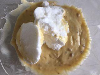 酸奶草莓蛋糕,挖一勺加入步骤5,搅拌均匀