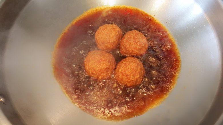 红烧狮子头,锅中倒少量油,放入炸好的肉圆,待油温升高后加入少量酱油,三秒后,加没过食材的开水,然后放入盐糖鸡精调味;水滚后改小火炖十五分钟;最后收汁即可出锅;烹饪过程中汁水减少,也可用锅铲将汁水浇于肉圆表面,此时狮子头还差一步哦;