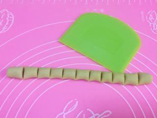 烧仙草,取一半的红薯面团,搓成长条,用刮板切成大小适中的段。