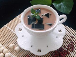 烧仙草,杯子中放入烧仙草块,倒入奶茶即可。