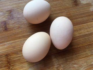 花蛤蒸蛋,准备三个鸡蛋