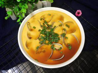 花蛤蒸蛋,撒葱花淋酱汁就可以吃咯