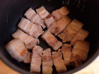 【再添一碗饭】の炖肉盖饭,把肉挑出来,平均铺在电饭煲的底部