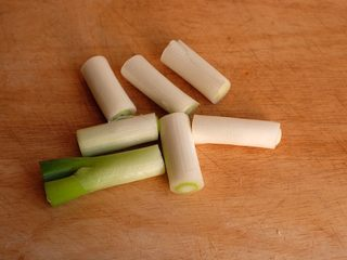 【再添一碗饭】の炖肉盖饭,大葱切成4cm长度的段备用
