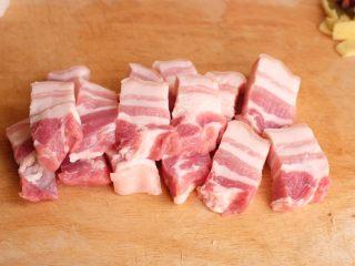 【再添一碗饭】の炖肉盖饭,五花肉洗净,切成麻将大小的方块