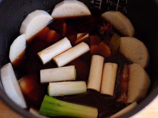 【再添一碗饭】の炖肉盖饭,倒入调好的炖肉酱汁