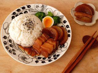 【再添一碗饭】の炖肉盖饭,打个米饭,配个溏心蛋,再加点蔬菜,开吃吧😋
