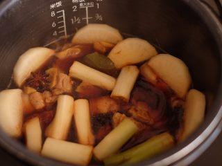 【再添一碗饭】の炖肉盖饭,放入电饭煲中,切换到煮粥的档位炖一个半小时(上图是汤刚煮开的时候,盖上盖,静静地等待吧)