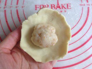 红薯糯米饼,红薯面团压成圆形,放入馅料