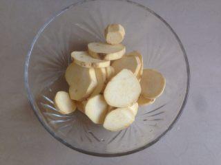 红薯糯米饼,红薯去皮切薄片