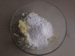 红薯糯米饼,倒入糯米粉和面粉