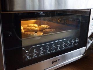 红薯糯米饼,将煎好的饼坯放在烤盘上。放入已经预热到165度的东菱K40C烤箱中下层,烘烤15分钟左右