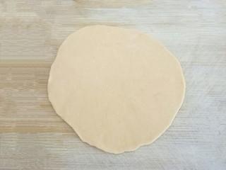 爱心红薯豆沙球,2小时后,发酵好的面团,充分揉捏排气,是馒头蒸出来表皮光滑的关键。取少部分红薯面团,擀成厚薄适中的面皮